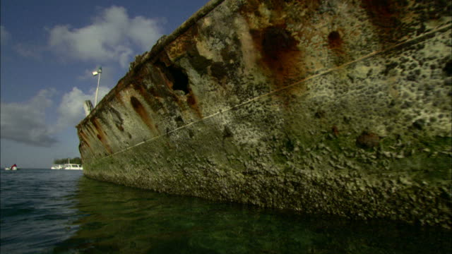 wide shot tracking-left - derelict ships rust in the water / heron island, australia - imperfection stock videos & royalty-free footage