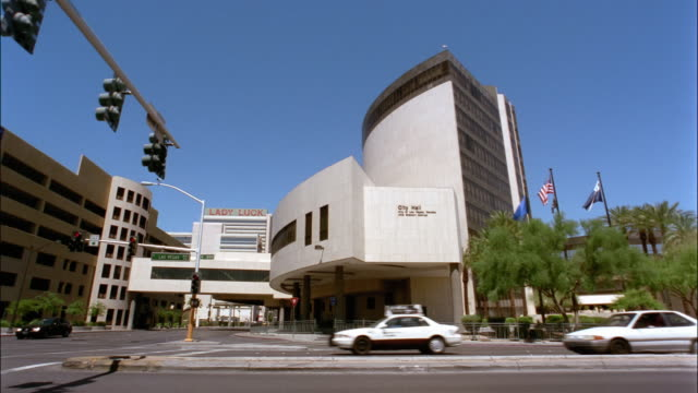 wide shot traffic passing in front of city hall/ las vegas, nevada - 2006点の映像素材/bロール