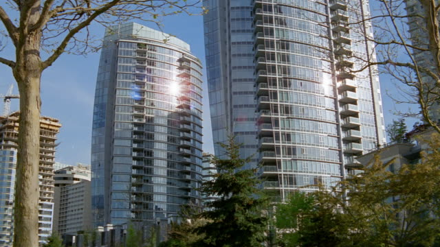 vídeos de stock, filmes e b-roll de wide shot twin glass towers / vancouver - kelly mason videos