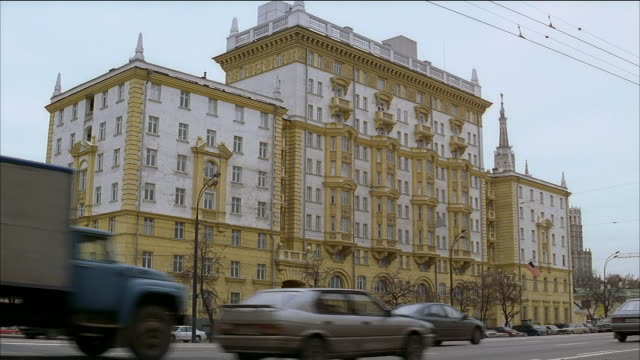 wide shot us embassy in moscow / parked cars and traffic outside building / russia - us embassy stock videos & royalty-free footage