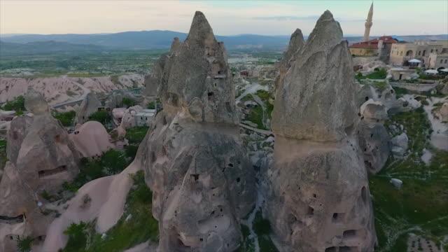 vídeos de stock e filmes b-roll de wide shot view of steep hills and rural town - exposto ao ar
