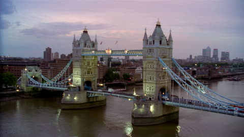 wide shot view of traffic crossing tower bridge over river thames at twilight / london - 跳開橋点の映像素材/bロール