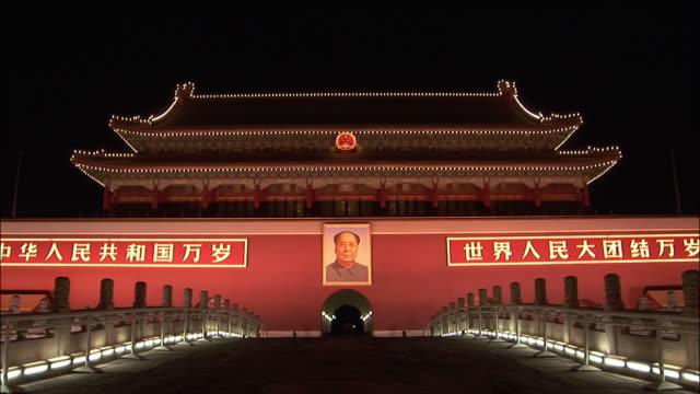 vídeos de stock, filmes e b-roll de wide shot walkway to entrance to gate of heavenly peace with portrait of mao at night/ beijing, china - portão da paz celestial de tiananmen