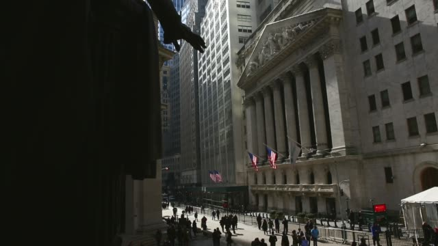 vídeos y material grabado en eventos de stock de wide shot wall street shot in new york on february 20th 2014 wall street is the financial district of new york city named after and centered on the... - bolsa de nueva york