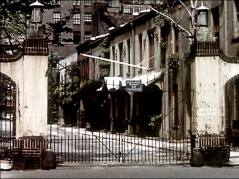 vidéos et rushes de 1956 wide shot washington mews / alleyway between converted stables behind gate / audio - 1956