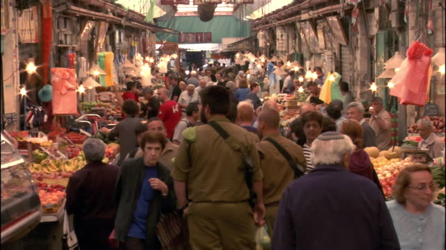 stockvideo's en b-roll-footage met wide shot zoom in crowd in market/ jerusalem - israëlisch leger