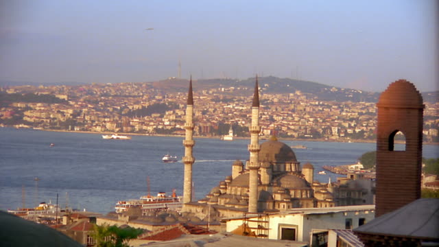 wide shot zoom in to yeni (new) mosque with harbor and cityscape in background / istanbul, turkey - yeni cami mosque stock videos & royalty-free footage