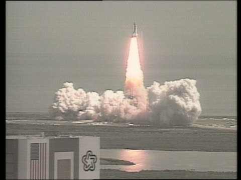 wide shot zoom out of space shuttle discovery blasting off - discovery stock videos & royalty-free footage
