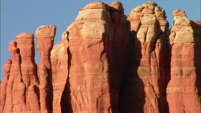 wide shot zoom out red rock stacks/ sedona, arizona - red rocks stock videos & royalty-free footage