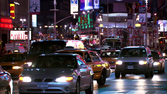 stockvideo's en b-roll-footage met wide shot zoom out traffic in times square at night / nyc - letterbox format