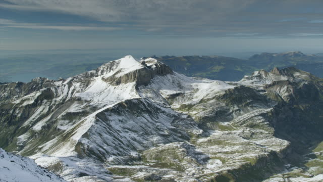 wide shot/high angle of snow covered mountain / schilthorn piz gloria, bern, switzerland - berg jungfrau stock-videos und b-roll-filmmaterial