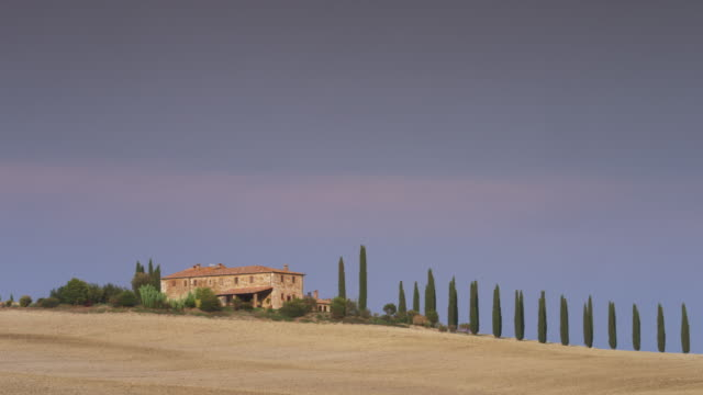 vidéos et rushes de wide shot/pan left of italian farmhouse in countryside / piensa, tuscany, italy - toscane