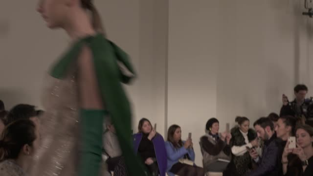 stockvideo's en b-roll-footage met wide shots close up with finale and designer - herfst winter collectie