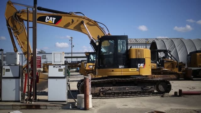 vídeos de stock e filmes b-roll de wide shots of caterpillar inc. equipment and machinery on displayed for sale at whayne supply co. in lexington, kentucky, us, on monday, oct 17... - caterpillar inc