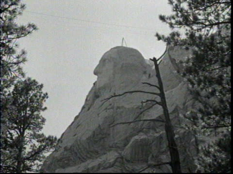 wide shots of monument rock face / profile of washington's face from the forest below / - rock face stock videos & royalty-free footage