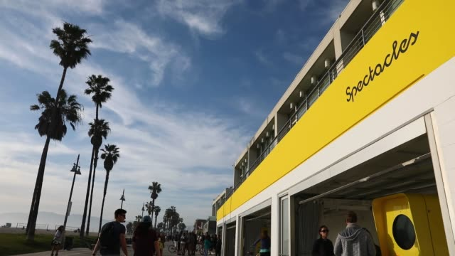 wide shots of snapchat spectacles by snap inc vending machine popup store at 701 ocean front walk in the venice neighborhood of los angeles... - スナップチャット点の映像素材/bロール