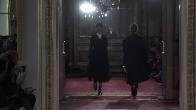 stockvideo's en b-roll-footage met wide shots with finale and designer - herfst winter collectie