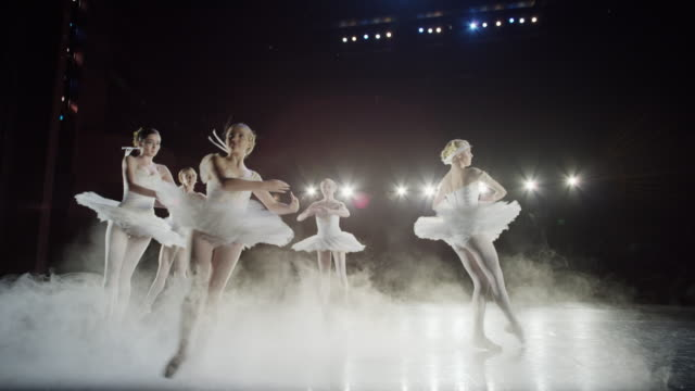 vidéos et rushes de wide slow motion panning shot of ballerinas dancing in fog / salt lake city, utah, united states - danseuse classique