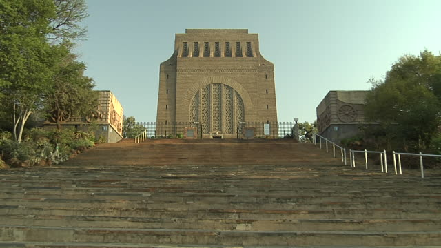 vídeos de stock, filmes e b-roll de a wide staircase leads to the voortrekker monument in pretoria, south africa. available in hd. - áfrica meridional