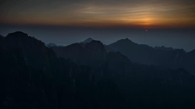 vidéos et rushes de wide sunset views of mountains, china - montage séquentiel