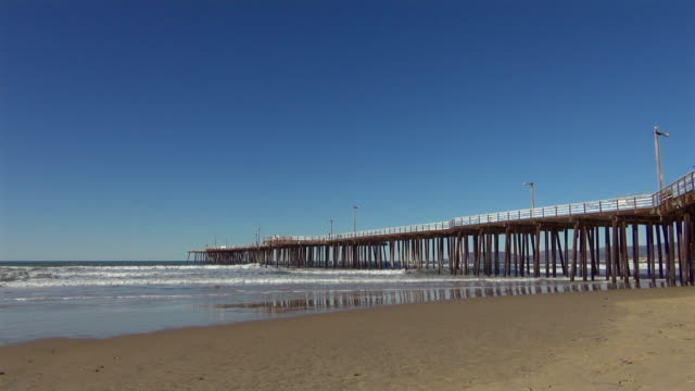 wide: the long pismo pier on a sunny day - wide stock-videos und b-roll-filmmaterial