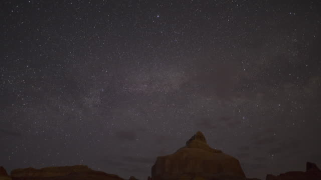 stockvideo's en b-roll-footage met wide time lapse of night and day over desert landscape / lake powell, utah, united states - powellmeer