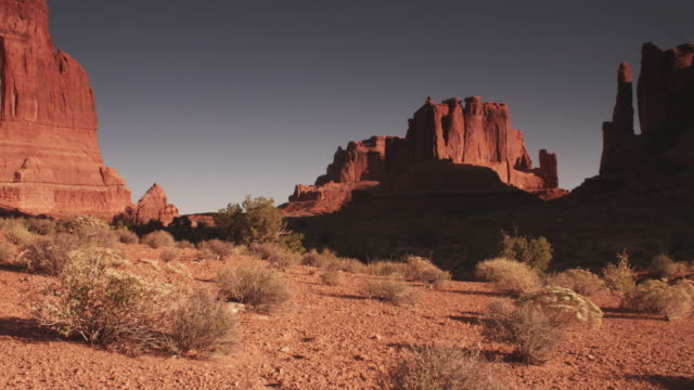 vídeos de stock, filmes e b-roll de wide, vast mountain landscape in utah - utah