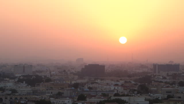 vídeos y material grabado en eventos de stock de wide view of a fiery orange sunrise over jeddah. - jiddah