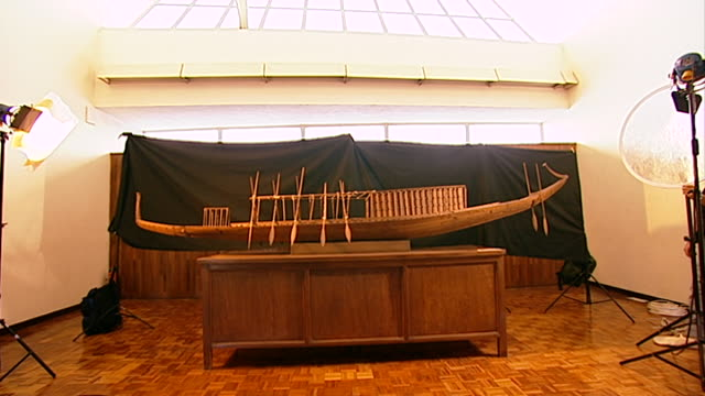 vídeos y material grabado en eventos de stock de wide view of a model of the khufu ship at the giza solar boat museum. the solar barge may have served as a ritual vessel carrying the resurrected... - barcaza embarcación industrial