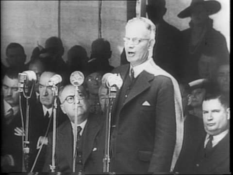 vídeos y material grabado en eventos de stock de wide view of australians and navy men gather in the streets to listen to prime minister john curtin deliver a speech in sydney / a large sign on a... - paramount building