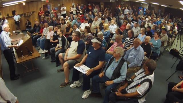 stockvideo's en b-roll-footage met wide view of bernie sanders speaking to a full room on june 3 2015 in marshalltown iowa - presidentskandidaat