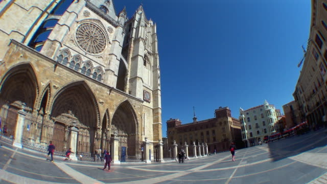vídeos de stock e filmes b-roll de wide view of camino de santiago church and street - catedral