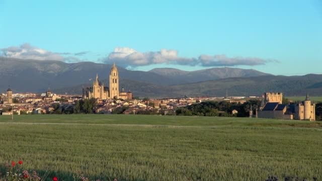 vídeos de stock e filmes b-roll de wide view of castle and cathedral of spain - horizonte