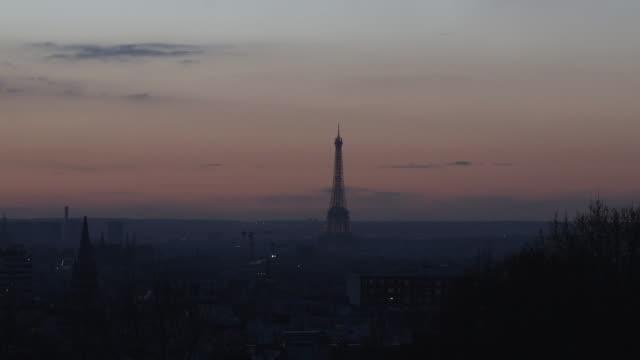 vidéos et rushes de wide view of paris after sunset - wide