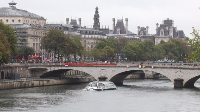 wide view of the change bridge with protesters, the seine. the activists of the ecologist movement extinction rebellion have paralyzed the place du... - non urban scene stock-videos und b-roll-filmmaterial