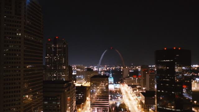 wide view of the cityscape of st louis at night. - jefferson national expansion memorial park bildbanksvideor och videomaterial från bakom kulisserna