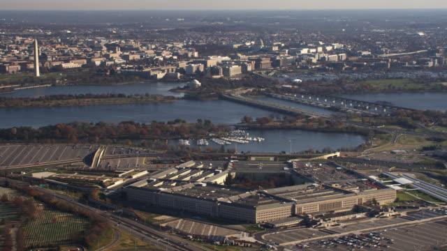 vídeos y material grabado en eventos de stock de wide view of the pentagon and surrounding area, washington dc across potomac river in background. shot in 2011. - artbeats