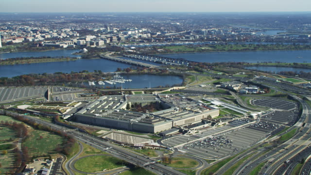 wide view of the pentagon with washington dc across river in background. shot in 2011. - 国防省点の映像素材/bロール
