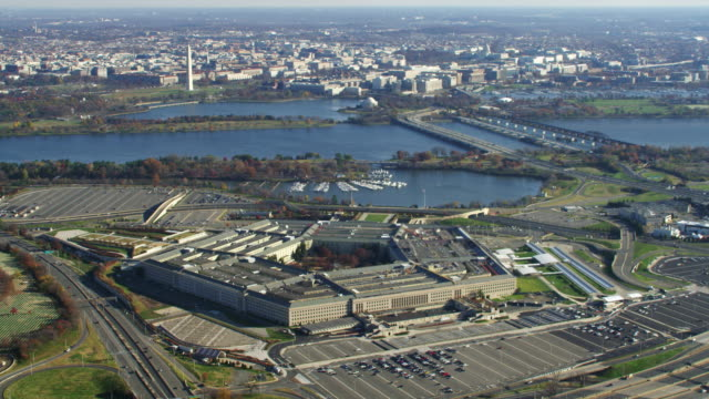 stockvideo's en b-roll-footage met wide view of the pentagon with washington dc across the potomac in background. shot in 2011. - ministerie van defensie