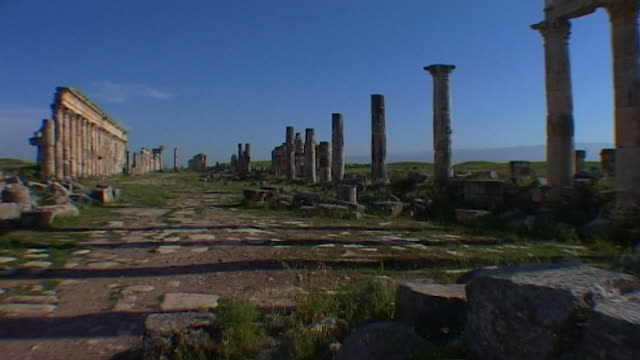 wide view of the ruins of the great colonnade, which is one of the longest in the roman world. apamea was completely looted and gutted in the syrian... - 長さ点の映像素材/bロール