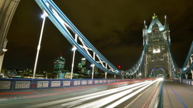 vídeos de stock e filmes b-roll de t/l wide view of tower bridge and the london city skyline - ponte das correntes ponte suspensa