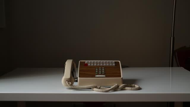 vídeos de stock e filmes b-roll de wide vintage office phone - 50 segundos ou mais