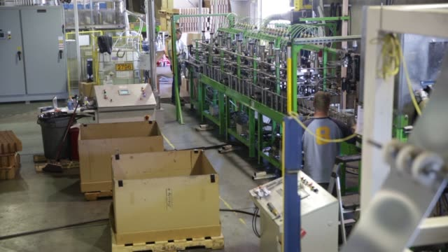 wideshots of the liberty bottle works factory floor in union gap washington metal cylinders are placed into a loading rack to begin the body stage of... - made in the usa kort fras bildbanksvideor och videomaterial från bakom kulisserna