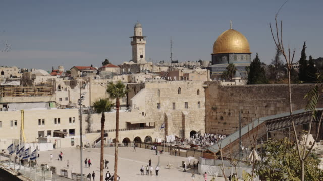 vídeos y material grabado en eventos de stock de wideshots of the wailing wall, also known as the western wall with the dome of the rock above - television show