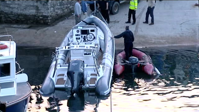 widow in padstow speedboat accident wants new safety measures introduced; lib england: cornwall: padstow: ext speedboat being towed out of sea... - witwe stock-videos und b-roll-filmmaterial