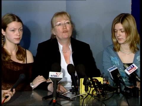 vídeos de stock, filmes e b-roll de widow, jane evans, and daughters sit at press conference jane evans press conference sot - widow