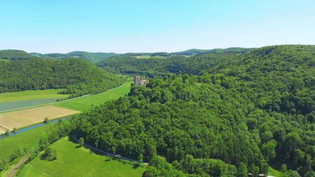 vidéos et rushes de vallée de la rivière wiesent et château de neideck en suisse de franconie en bavière du nord - ensoleillé