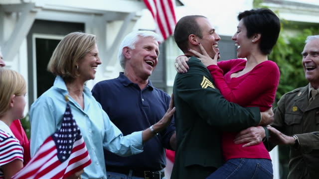 stockvideo's en b-roll-footage met ms pan wife and family welcoming home soldier from active duty military service / richmond, virginia, united states - virginia amerikaanse staat