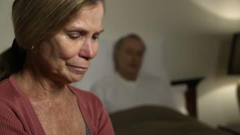 vídeos y material grabado en eventos de stock de mujer expresa la preocupación por marido enfermo-cu - enfermedad de alzheimer