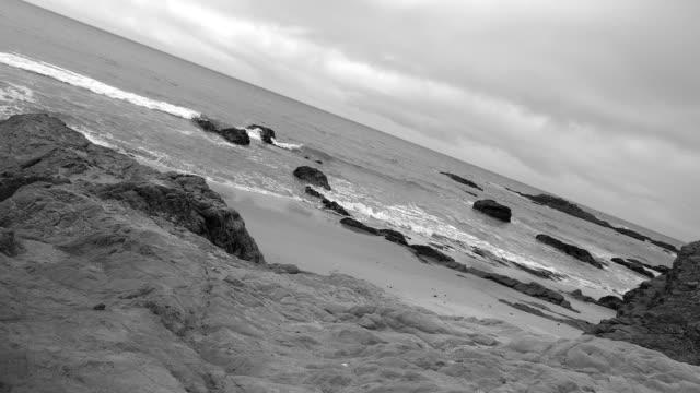 vídeos de stock, filmes e b-roll de costa selvagem do oceano pacífico. preto e branco. california, estados unidos da américa - preto e branco